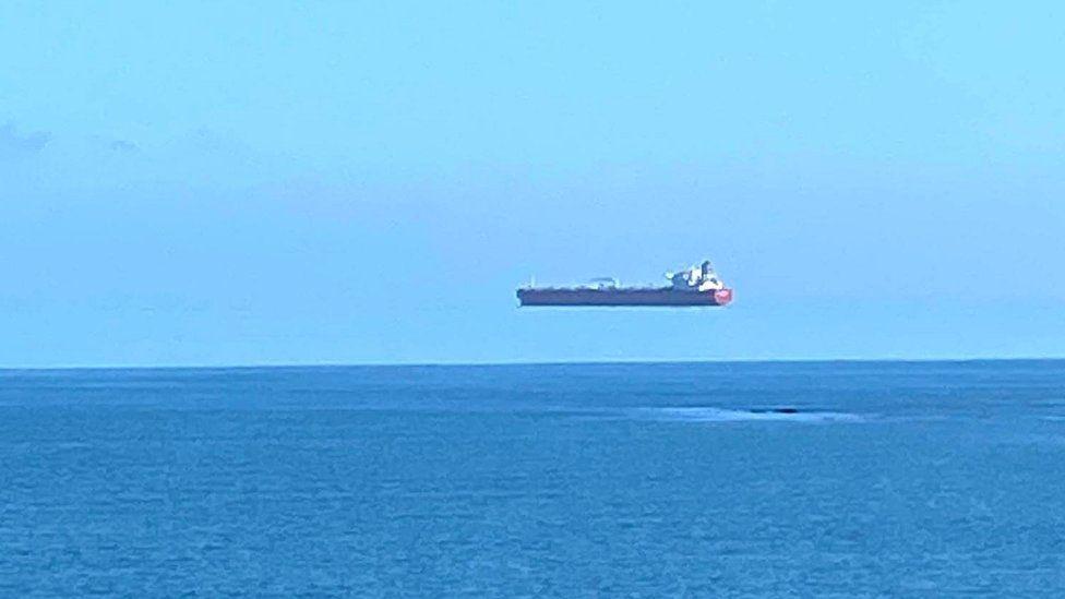 hovering ship illusion